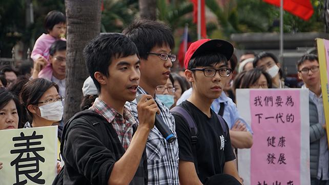 前來聲援的捍衛家庭學生聯盟的林同學表示,他們只要在網路上分享一點不同意見,就會面臨許多的網路霸凌