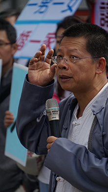參與今天早上抗議活動的孔孟協會王中和老師表示:「不贊成我國通過同性婚姻,也不贊成綱常倫理被破壞。」
