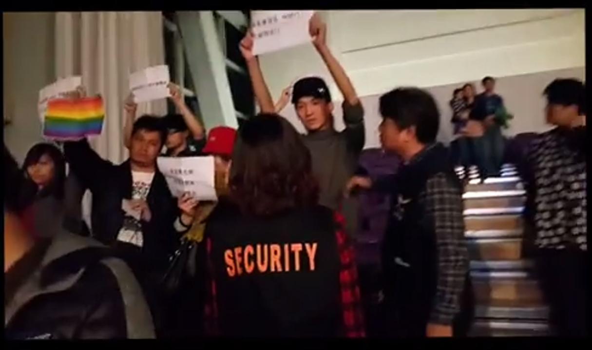 同運團體在平安夜中舉牌,干擾聚會