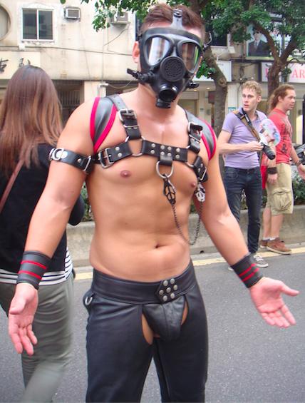 虽然不是每个参与者都裸露上阵,但每年同志大游行有不少参与者穿着清凉,还会刻意穿戴凸显男性性器官的内裤示众。