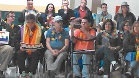 支持LGBT的群眾也趕來田納西州助陣,坐前排穿橘色上衣的是來自阿拉巴馬州的同運活躍份子懷特(Gary Wright),站在他右邊的則是當地活躍份子及律師。