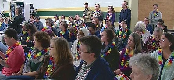 LGBT活躍份子都戴著彩虹花環,到董事會開會的場地顯露他們的存在。(照片來源:NewsChannel5)
